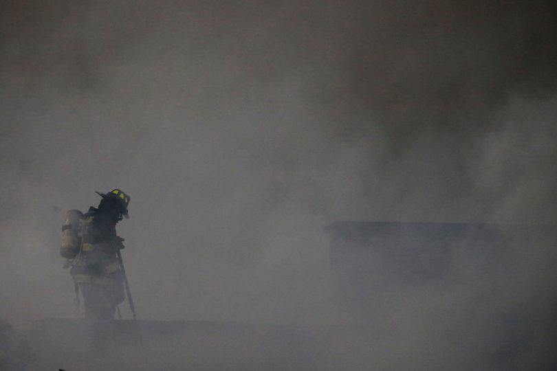 Evacuación por nube tóxica tras incendio en automotora en centro de Santiago