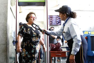 FOTOS|Siete millones, tres años de cárcel y un rosario: así fue la fallida audiencia de Cathy Barriga contra la doctora Cordero