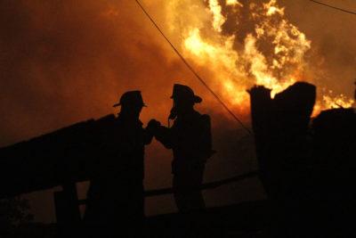 De madrugada evacuaron a 280 personas por incendio forestal en Navidad