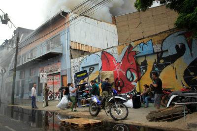 Decenas de damnificados y 5 bomberos heridos dejó incendio en Valparaíso