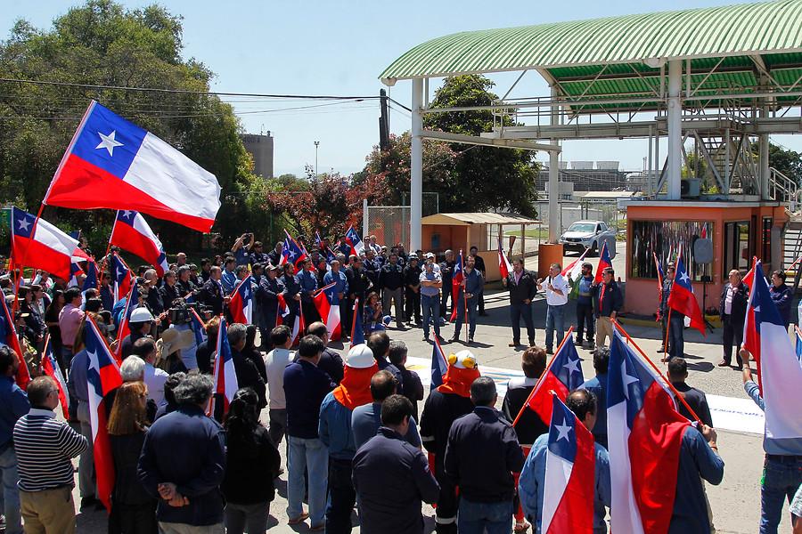 Trabajadores de Enap protestaron por despidos y anunciaron paro nacional