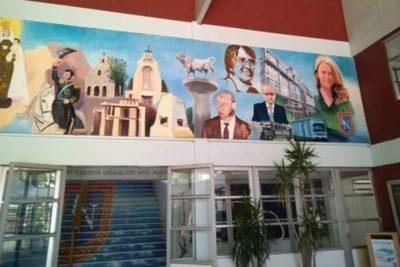 """Egresados del Liceo Nacional de Maipú rechazan inclusión de Cathy Barriga en mural: """"Exigimos humildad"""""""