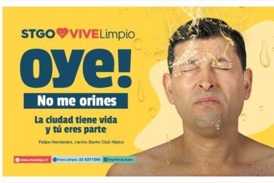 """FOTOS   """"Hay que mostrar las cosas como son"""": Santiago sale a explicar campaña que muestra a vecinos con orina en la cara"""