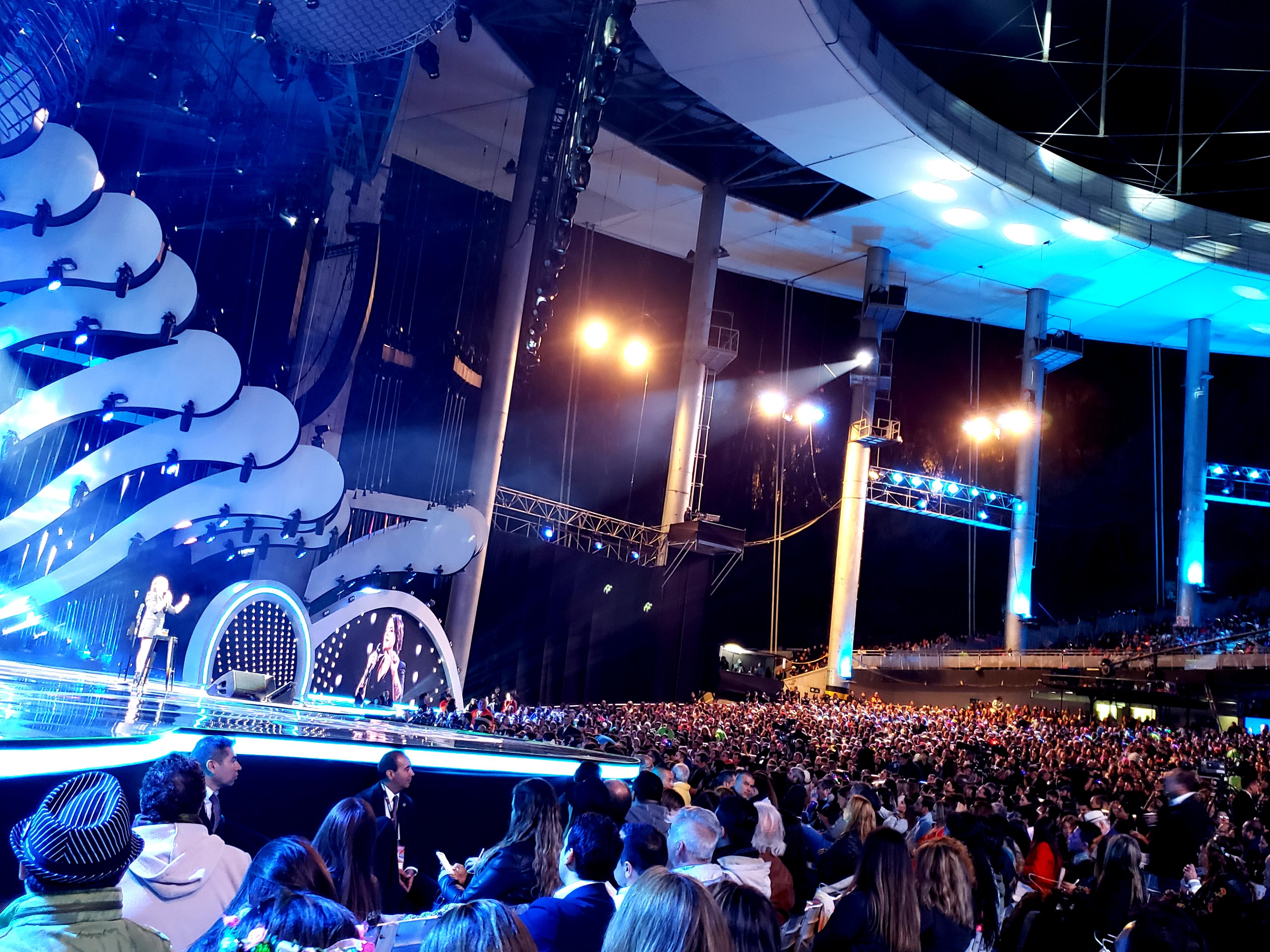 VIDEO |Así se escuchaban las pifias del Monstruo a la rutina de Jani Dueñas desde el borde del escenario