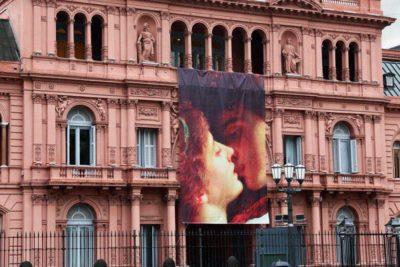 Críticas a Macri por celebrar el día del amor con postal de Romeo y Julieta en la Casa Rosada