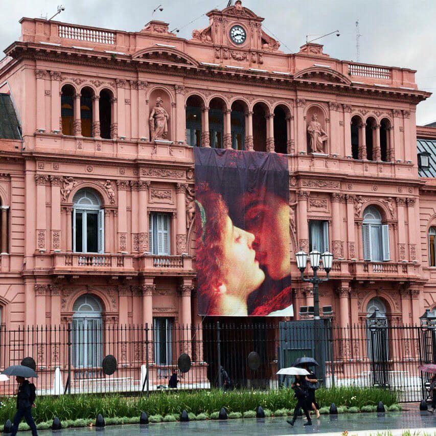 """""""Críticas a Macri por celebrar el día del amor con postal de Romeo y Julieta en la Casa Rosada"""""""