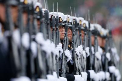 En short y polera: tres conscriptos de la Armada sufrieron hipotermia tras ejercicio en el mar