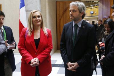 """Ministro Blumel habla de """"la Pamela Jiles"""" y la diputada lo increpa en el acto: """"Refiérase a mí como lo hace con cualquier colega varón"""""""