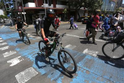 Estudio detecta que 84% de los ciclistas usa casco y un 32% audífonos mientras conduce