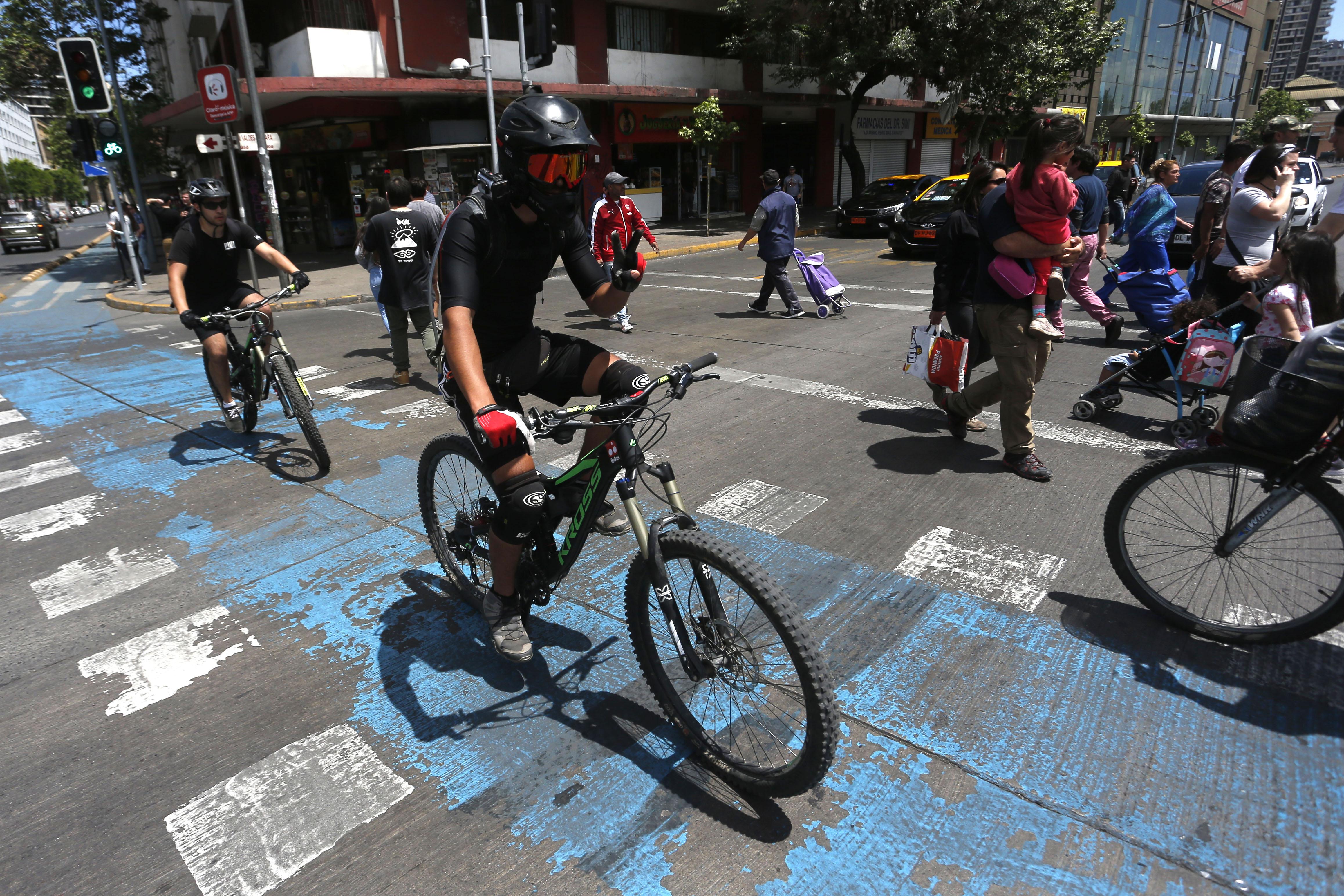 """""""Estudio detecta que 84% de los ciclistas usa casco y un 32% audífonos mientras conduce"""""""