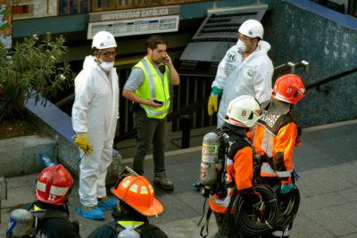 Metro cerró estaciones Santa Lucía y Universidad Católica por emergencia química