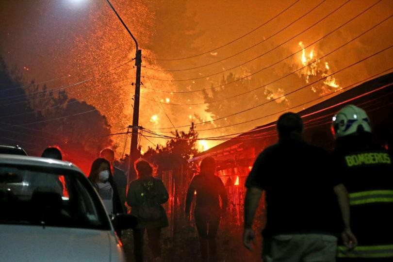 Evacuan Villa Italia en Penco por riesgo de que el fuego llegue a viviendas