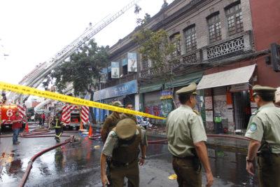 Avenida Bascuñán Guerrero estará cerrada por al menos dos días tras incendio