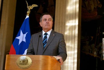 """Canciller Ampuero critica """"maquiavélica"""" medida de Maduro de cerrar fronteras"""