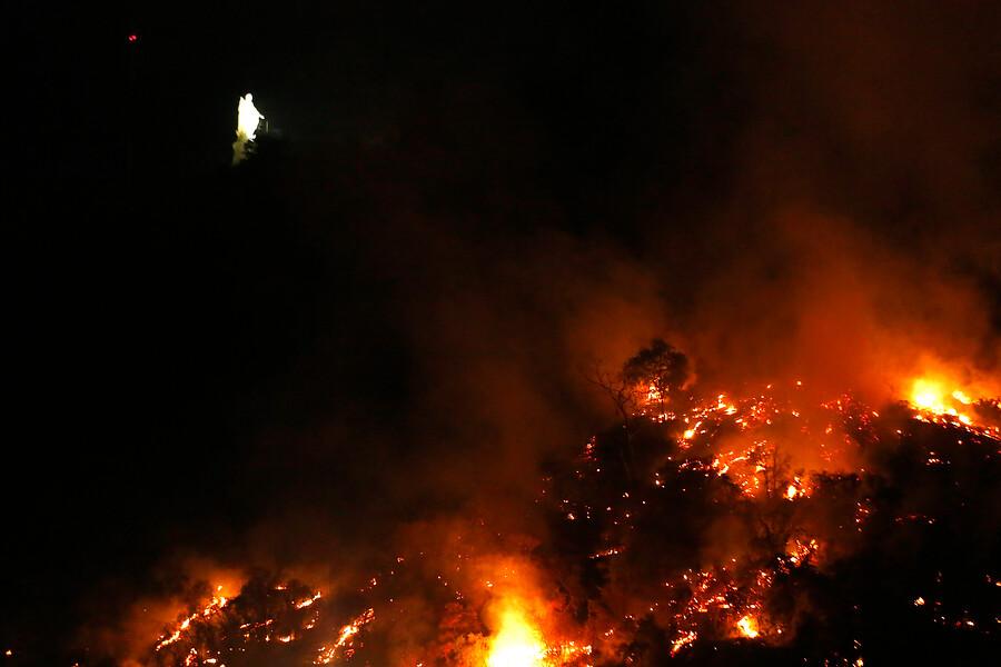 """""""Gobierno confirma evacuación de Zoológico Nacional por incendio en cerro San Cristóbal"""""""