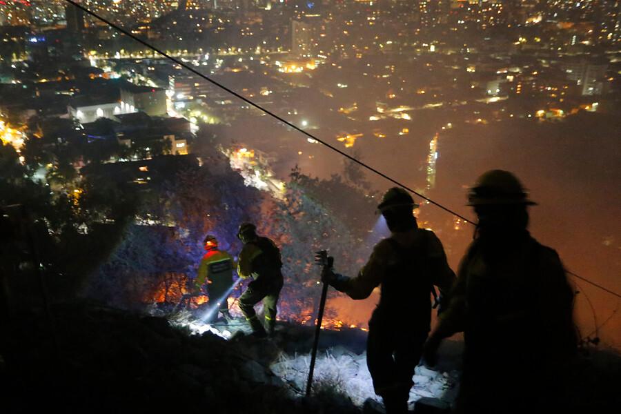 Decretan Alerta Roja por incendio en cerro San Cristóbal