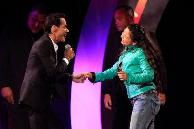Fanática se sube al escenario y logra bailar con Marc Anthony en plena Quinta Vergara