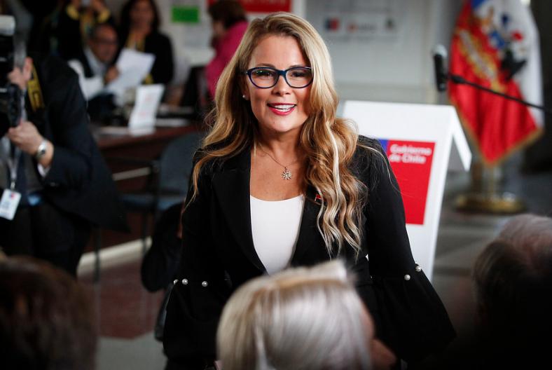 """""""Si te gusta que te vean en todos lados"""": Aerolínea se burla de Cathy Barriga con nueva promoción"""