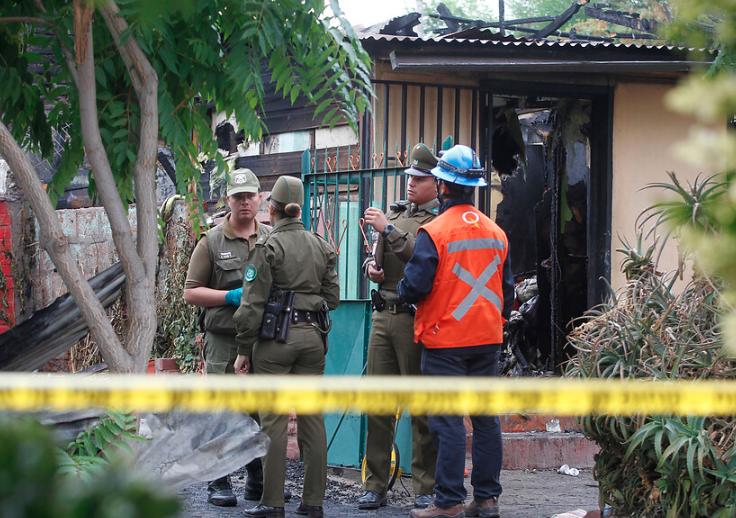 Dos muertos y cinco casas afectadas deja violento incendio en Renca