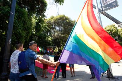 FOTO | Movilh pide a Carabineros clarificar si sujeto que celebró ataque homofóbico es uniformado