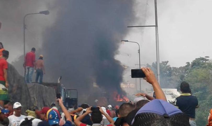 """""""Queman camión con ayuda en la frontera de Venezuela y Guaidó responde:"""