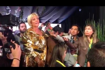 VIDEO |Cruel venganza: Argandoña llega a conferencia de Jani Dueñas a preguntar por qué no se bajó del escenario