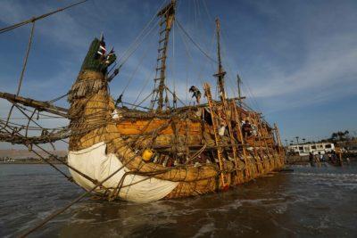 Barco hecho de juncos está a detalles de zarpar desde Arica hacia Australia