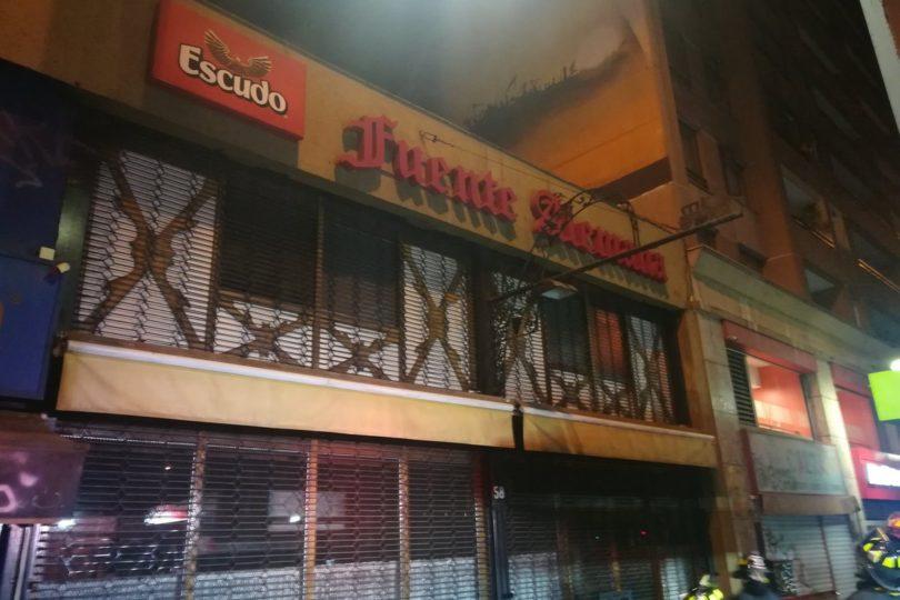 Fuente Alemana es afectada por incendio en la comuna de Santiago