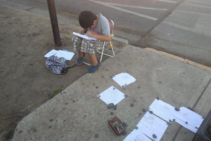 """Madre del niño que """"vendía dibujos para comprar útiles"""" en Quintero cuenta la verdadera historia: quería un juguete"""