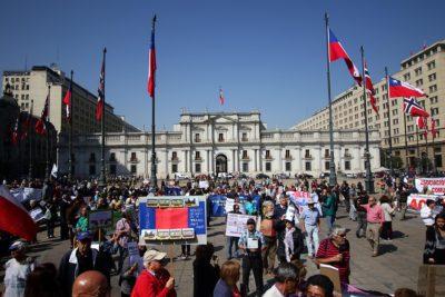 Adultos mayores protestaron frente a La Moneda pidiendo mejor calidad de vida