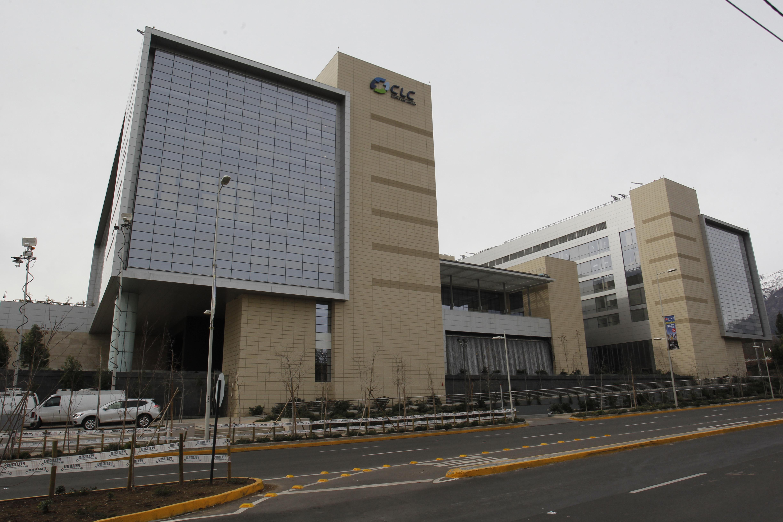 El caso del doctor Manuel Álvarez y los más de US$280 mil en acuerdos por demandas laborales que arrastra la Clínica Las Condes