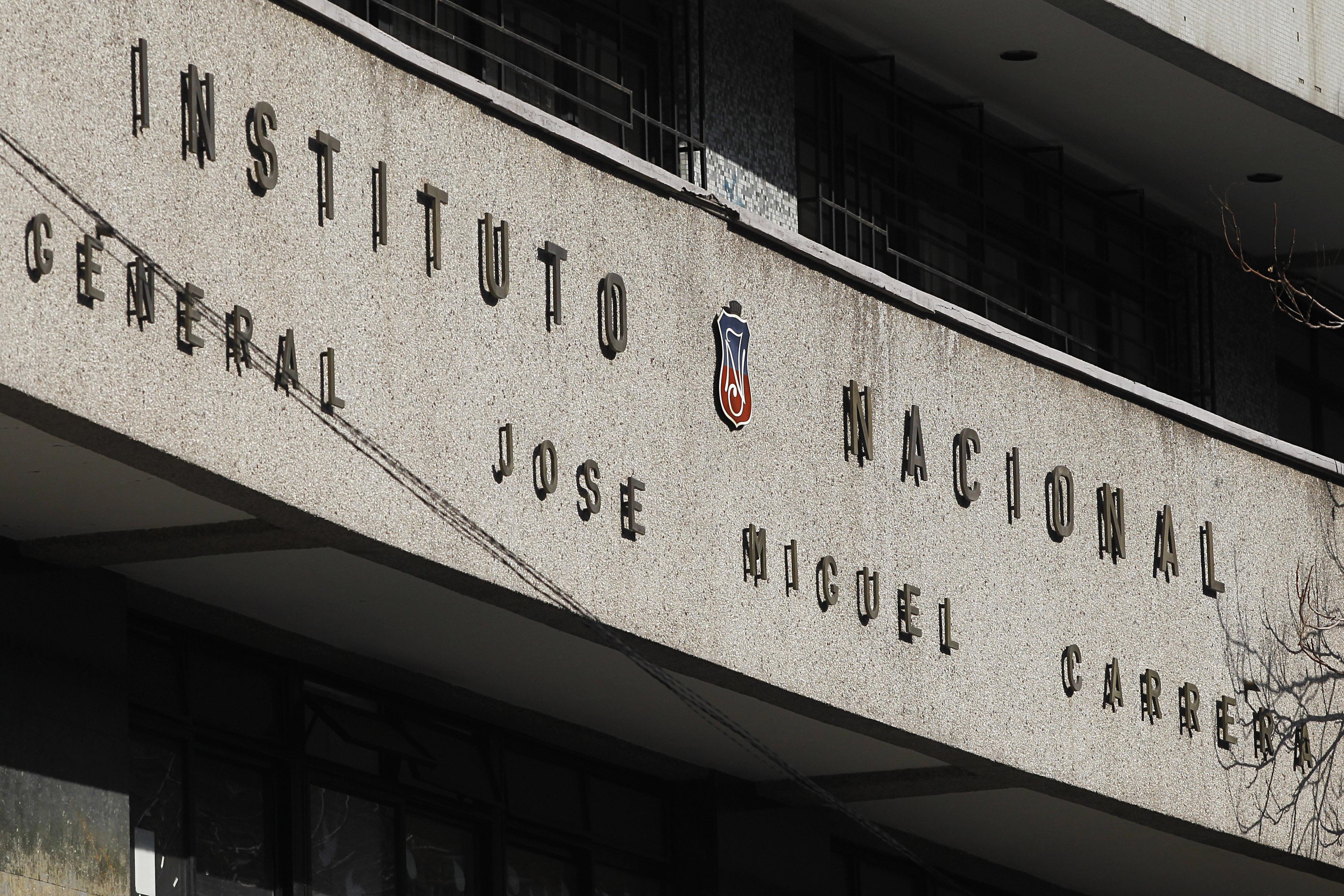 Ex alumnos del Instituto Nacional plantearon postergar votación sobre cambio a colegio mixto para mayor