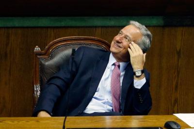 """""""Entusiasmo veraniego"""": Hacienda explica error de predicción por alza de bencinas"""