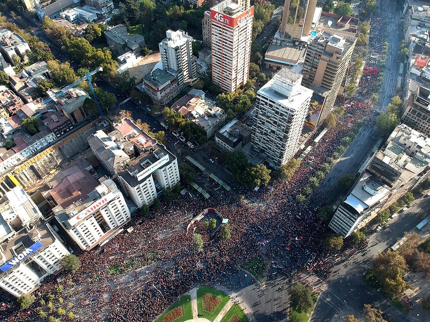 Multitudinaria marcha por el 8M en la Alameda de Santiago