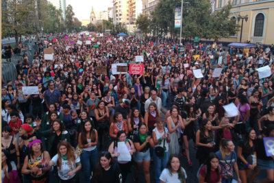 Sin incidentes y con más 190 mil personas culminó marcha por el 8M en Santiago