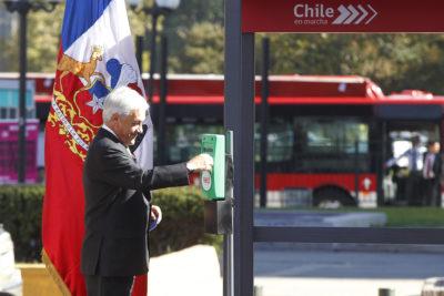 Video de un complicado Sebastián Piñera intentando utilizar la tarjeta Bip! en el lugar equivocado se hace viral