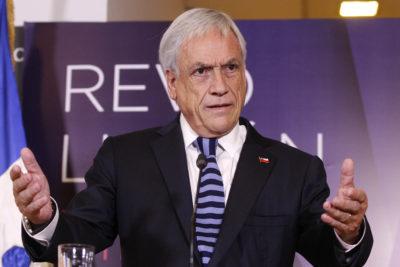 Una cartulina y una acusación de censura: polémica por obra de arte que muestra a Piñera en bikini