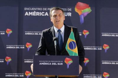 """The Guardian desmenuza la estadía de Bolsonaro en Chile y destaca el incidente por el """"vestido corto"""""""