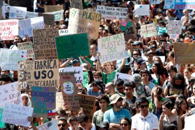 """Evópoli marcha """"por el cambio climático"""" y recibe cientos de comentarios"""
