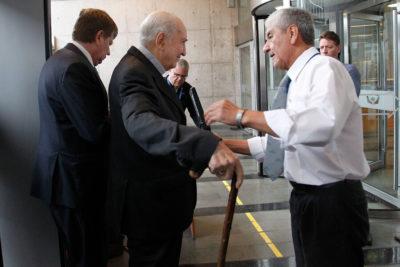 """Cardenal Errázuriz llega a fiscalía y se muestra """"dispuesto a declarar"""""""