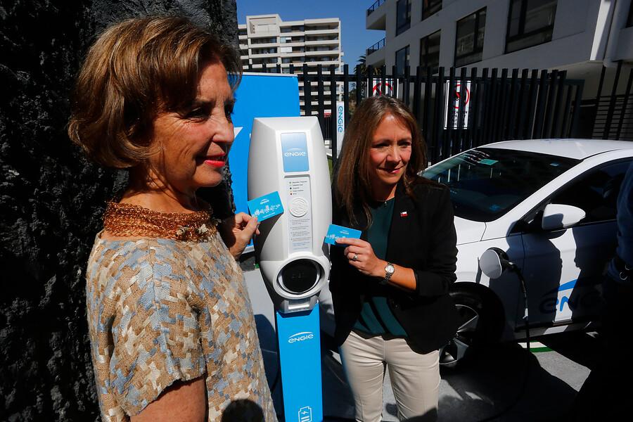 """""""Ministras inauguran inédita electrolinera de acceso público en edificio privado"""""""