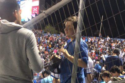 """FOTOS   Hinchas de la UC funan en el estadio al militante UDI que cantó """"comunistas maricones, les mataron los parientes por hueones"""""""
