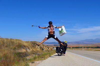 Joven recorre el mundo en bicicleta para reciclar y quiere llegar a 60 países