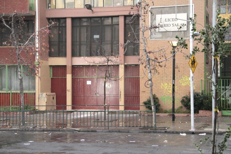 Municipalidad de Santiago se querellará contra identificados por hechos de violencia en liceos