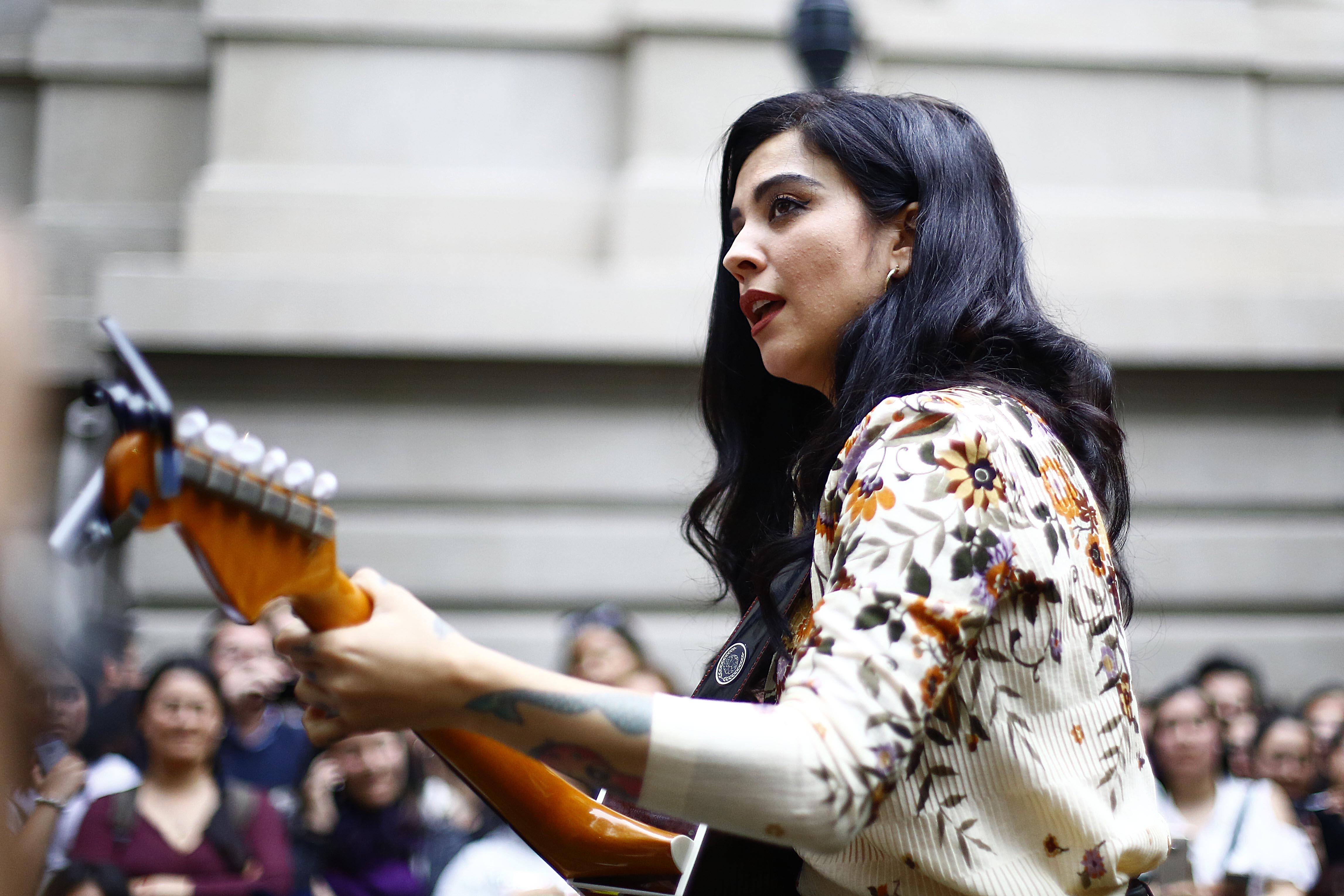 """""""Dar un concierto sin llorar..."""": artistas de varios países envían sentidos mensajes a Mon Laferte tras asumir depresión"""
