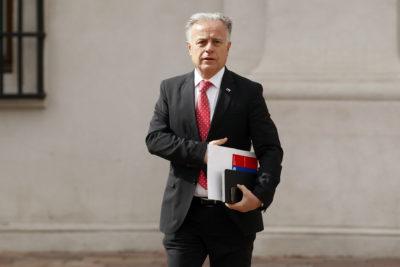 """Ministro Santelices calificó como """"incomprensible"""" el alza de las isapres"""