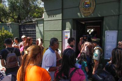 Venezolanos llegaron a la embajada en Santiago en medio de manifestaciones
