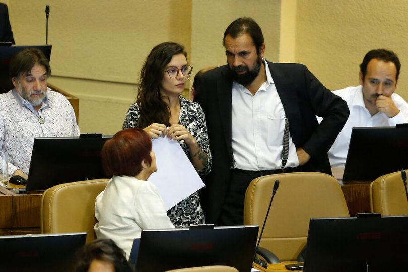 Camila Vallejo y Hugo Gutiérrez se ríen sin filtro de la UDI y viralizan imagen de carabinero lleno de pintura roja