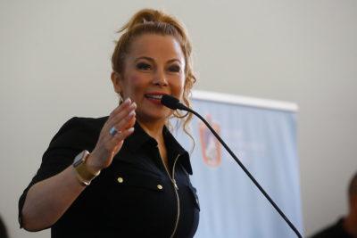 Cathy Barriga se defiende por camioneta dorada: dice que el vehículo del alcalde anterior tiene asientos de cuero