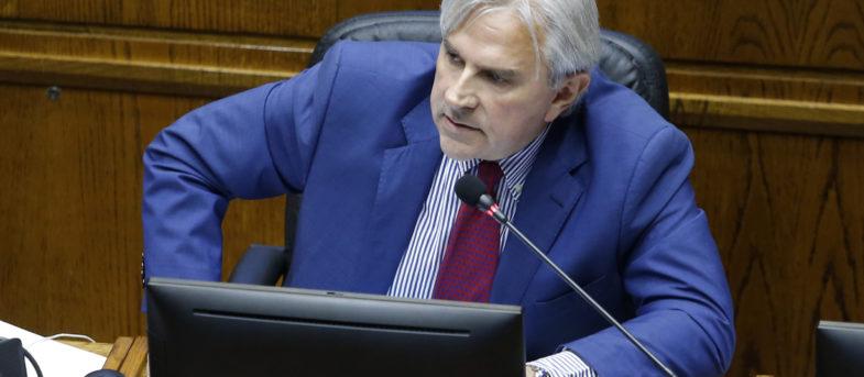 """Más falso que tus boletas a Penta"": Moreira se come flor de troleo tras viralizar falso tuit de Baradit sobre escolares"